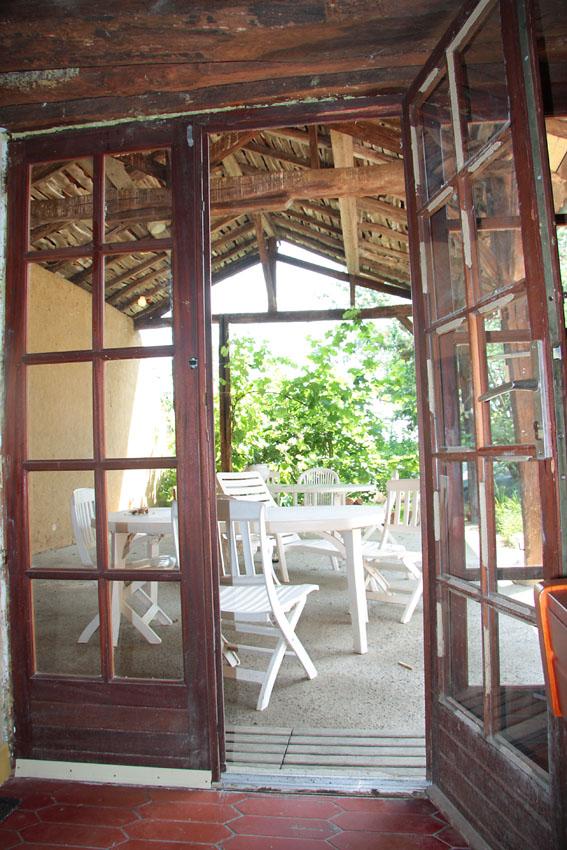 Vue sur la terasse de la porte fen tre du salon la for La maison de la fenetre